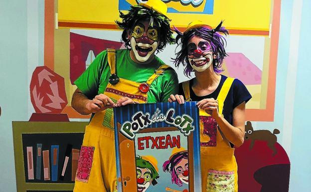 Dos payasos sujetan cartel del disco